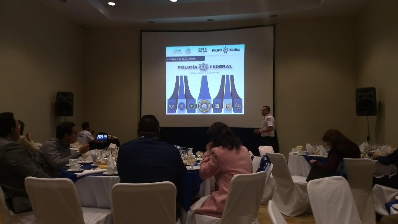 Subinspector, Lic. Rolando Ramírez Ortega, presentando el programa de monitor vial.